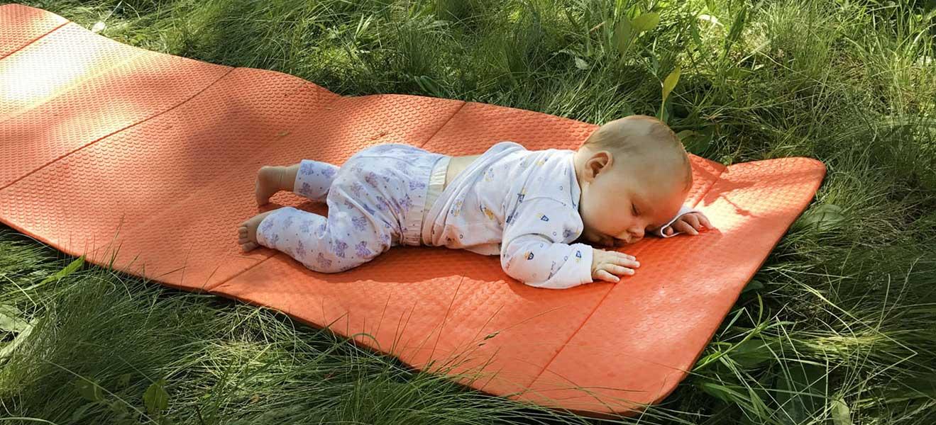 Ночівля в наметі з немовлям. Поради та спорядження