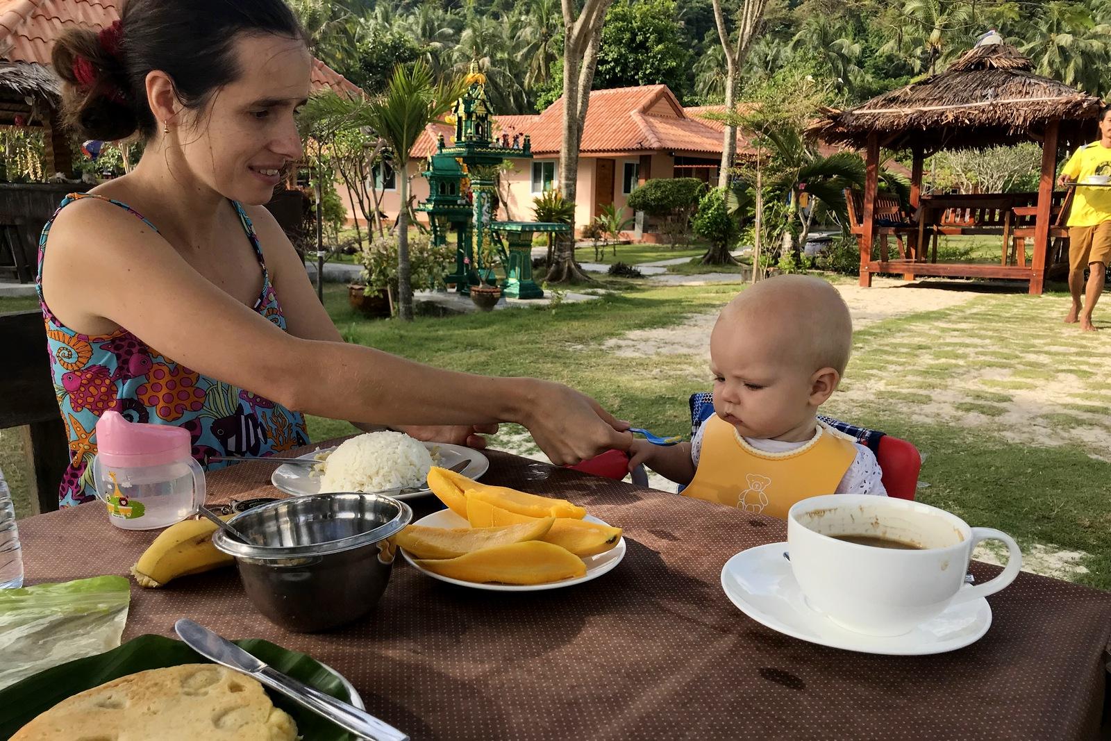 Як годувати дитину в Таїланді?