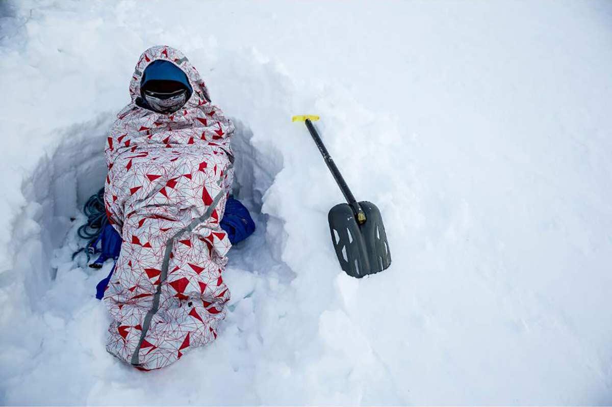 Зимове спорядження: лавинна лопата